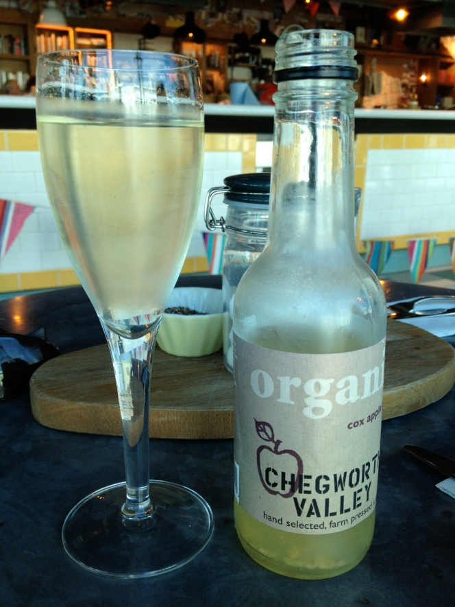 Juice and prosecco, the perfect accompaniments to the snack